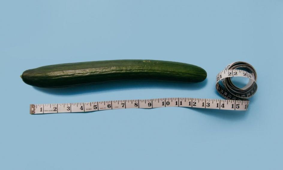 a pénisz hajlik az erekció során)