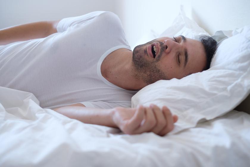 férfiak alvása alvászavar)