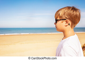 fiúk pufók a tengerparton)